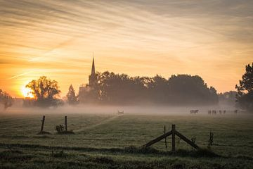 Zonsopkomst in Wijhe met zicht op de kerk van de Boerhaar van Edwin Mooijaart