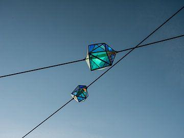 Moderne  blauwe lantaarns van lucht van Moniek van Rijbroek