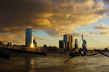Oranje wolken boven Rotterdam van Michel van Kooten