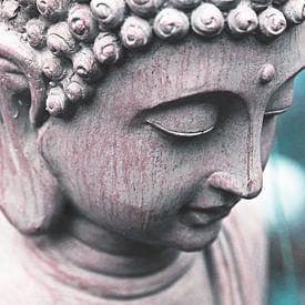 Boeddha hoofd tegen blauwe / turquoise achtergrond. van Wieland Teixeira