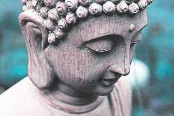 Boeddha hoofd tegen blauwe / turquoise achtergrond.