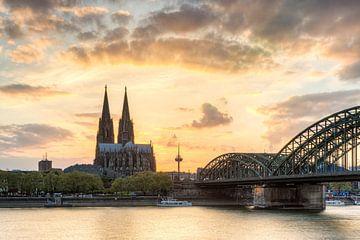 Glühender Himmel über Köln von Michael Valjak