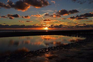 Zonsondergang vanaf het strand van Zoutelande van Herman Keizer