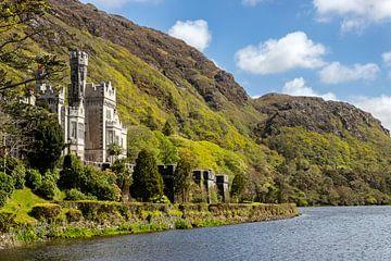 Kylemore Abbey aan  Lough Pollacapull, Connemara,  Ierland. van Mieneke Andeweg-van Rijn