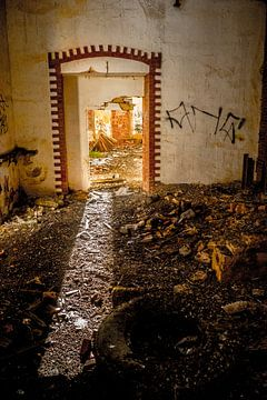 Deur in vervallen gebouw van Fred Leeflang