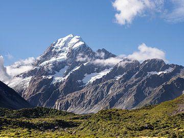 Een zonnige kijk op Mount Cook in Nieuw-Zeeland van Rik Pijnenburg