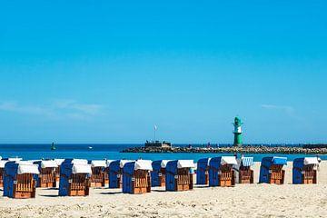 Strand mit Strandkörbe und Mole in Warnemünde von Rico Ködder