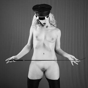 Hele mooie naakte meesteres met een zweep in haar handen.  #P1083. van william langeveld