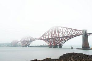 Forth Bridge in Schotland in de mist