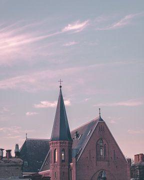 Haarlemer Kirche im orange-roten Sonnenlicht von Mick van Hesteren