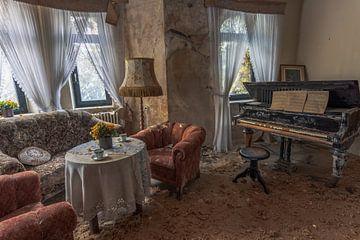 Wohnzimmer in einem verlassenen Bauernhaus. von Het Onbekende