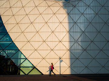 Frau und Architektur von Fokko Muller