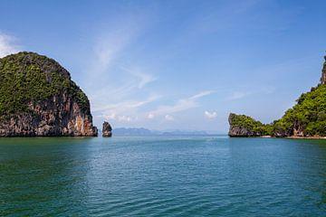 Rotsachtig tropisch eiland in een blauwe zee in de Pang Nga-baai, Thailand van Tjeerd Kruse