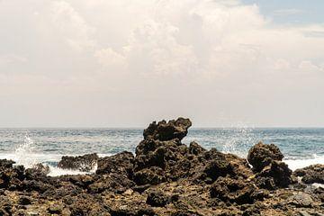 Rotsen en de zee, Ambon, Molukken, Indonesië van Zero Ten Studio