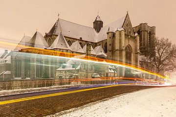 De Sint Michielskerk van Gent bij sneeuwval en met lichtstrepen van een passerende bus van Marcel Derweduwen
