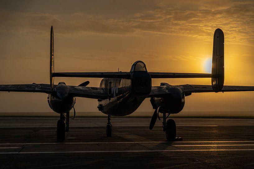North American B-25 Mitchell tijdens zonsopkomst op Ellington Airport in Houston, Texas. van Jaap van den Berg