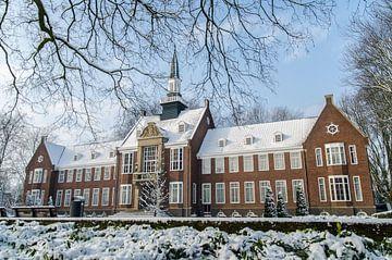 Ehemaliges Rathaus von Alphen aan den Rijn ausgehöhlt in einer Winterlandschaft sur John Wiersma