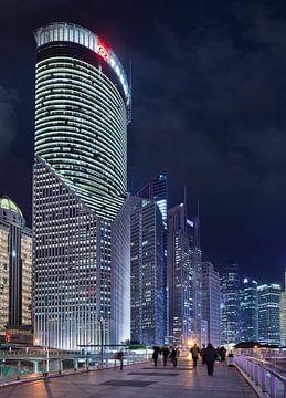 Indrukwekkende wolkenkrabbers in Shanghai tijdens de schemering van Tony Vingerhoets