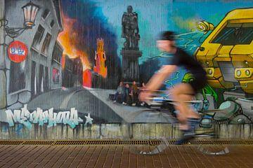 Fietser in de fietstunnel van stad Brugge (België) van Nele Mispelon