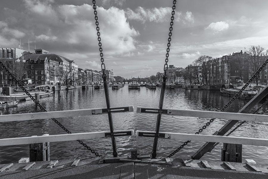 Magere Brug en de Amstel in Amsterdam in zwart-wit - 2