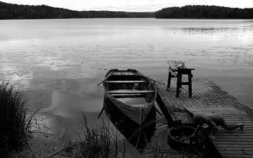 Jongen bij boot in Noorwegen van Rob van Dam