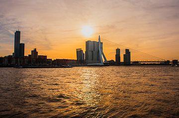 Erasmusbrug Rotterdam avondlicht. van Brian Morgan