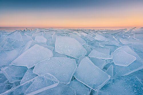 Kruiend ijs aan het Markermeer tijdens de zonsondergang