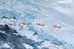 Patrouille Suisse passiert einen Gletscher auf dem Eigermassiv