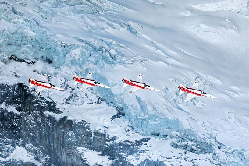 Patrouille Suisse passeert een gletscher op het Eiger massief van Martin Boschhuizen