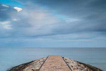 Voorbij drijvende wolken op de pier van