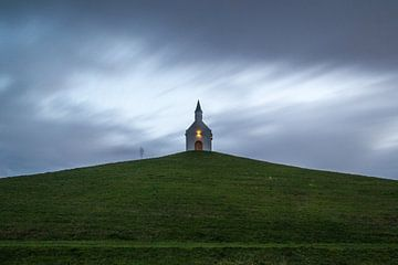 Kapel op de heuvel van Kees Korbee