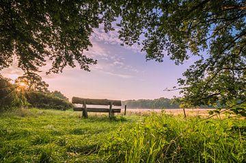 Bank bei Sonnenaufgang, Bergen op Zoom, Niederlande von Rick van Geel
