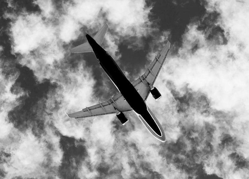 Avion de ligne avec un ciel nuageux sur Frank Herrmann