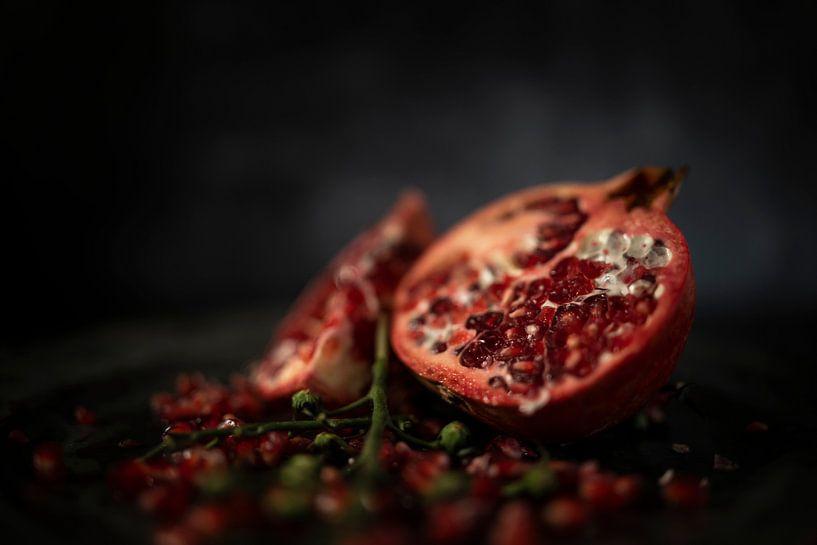 Stilleven granaatappel close up van Steven Dijkshoorn