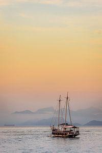 Zeilboot op de kust van Ilha Grande in Brazilië tijdens zonsondergang