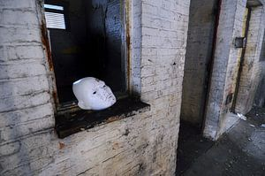 Wit masker, urbex in Charleroi. van