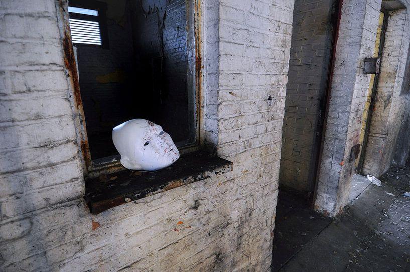 Wit masker, urbex in Charleroi. van Edward Boer