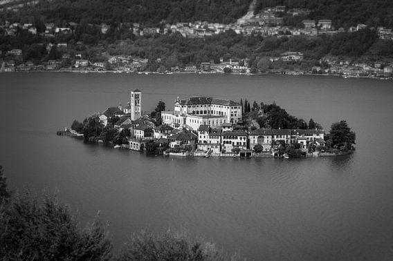 Mooi zicht op het eiland Isola San Giulio in het Ortameer