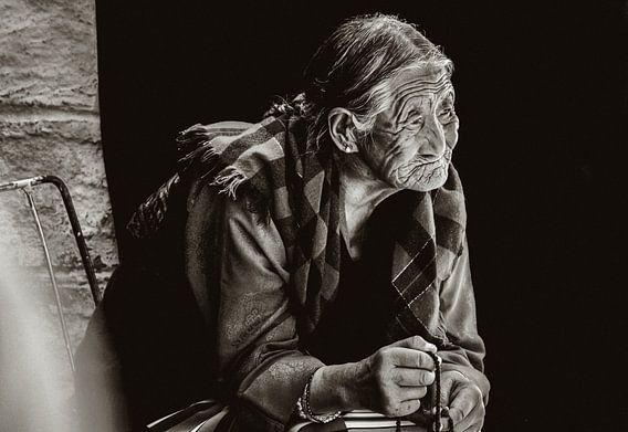 In gedachte verzonken Tibetaanse vrouw