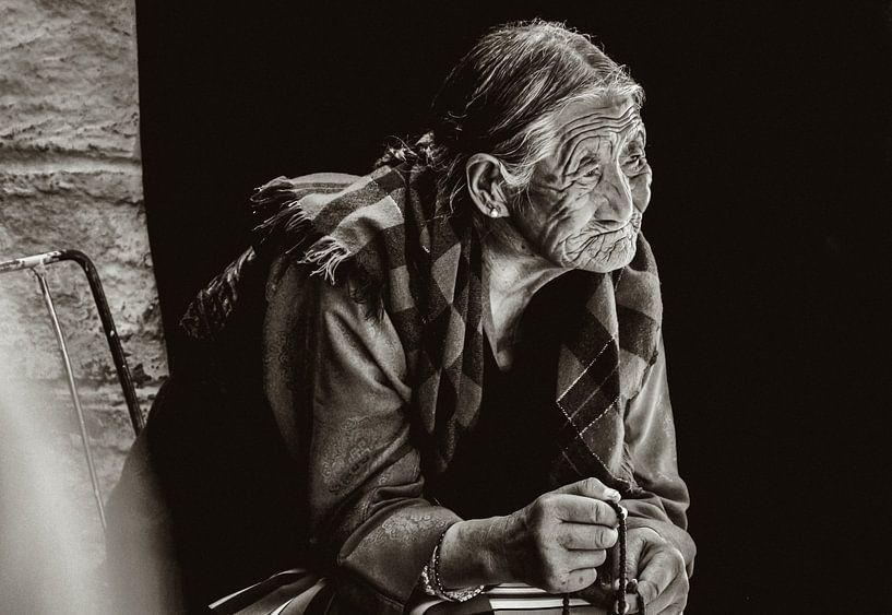 In gedachte verzonken Tibetaanse vrouw von Edzard Boonen