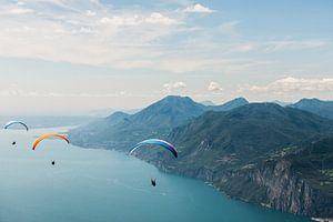 Hanggliders boven het Gardameer