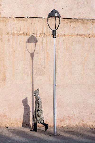 Djellaba onderweg - Marokko straatfotografie van Ellis Peeters