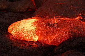 Details eines aktiven Lavastroms, heißes Magma tritt aus einer Erdspalte aus