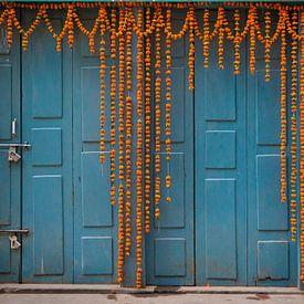 Blauwe deur met bloemen in Nepal van Ellis Peeters