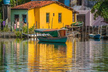 Weerspiegelingen van een typisch huis op de rand van Rio das Almas in de stad van Taperoa B van Castro Sanderson
