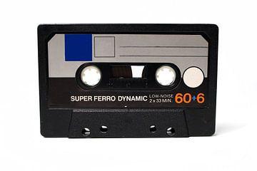 Closeup van vintage audio cassettebandje met witte achtergrond. van N. Rotteveel