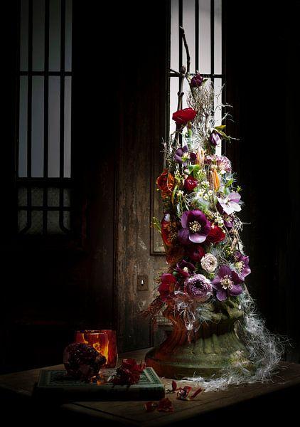 Bloem decoratie op sokkel. van Marion Lemmen