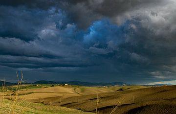 Blaue Gewitterwolken über der Toskana, Italien von Discover Dutch Nature