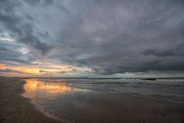 Scheveningen strand in het avondlicht. van Tilly Meijer