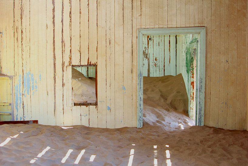 Verlaten ziekenhuis woestijnzand van Inge Hogenbijl